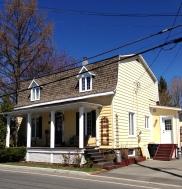 Belle résidence traditionnelle avec toit mansardé à deux versants